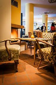 Bequeme Sitzgelegenheiten und Echtholz-Kamin im BARt