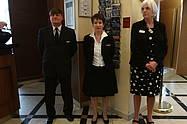 Emfangschef Eric Krause mit Kollegen