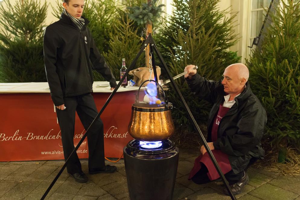 Küchenchef Wolfgang Kanow serviert die Feuerzangenbowle