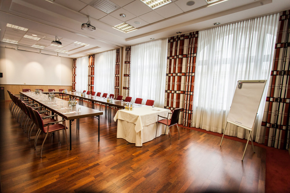 Veranstaltungsraum mit schöner breiter Fensterfront