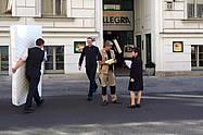 Viele Mitarbeiter des Albrechtshof Hotels hefen bei der Anlieferung der neuen Matratzen.